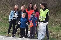 Přes třicet dětí a dospělých z Mezna a Mitrovic se vydalo uklidit své okolí.