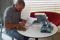 Vpříštím týdnu se mohou čtenáři těšit na soutěž o dvě vydání kuchařky Rychlovky s Kajdou podepsané samotným uznávaným šéfkuchařem Lukášem Vokrouhlíkem. Stačí tedy pozorně sledovat váš oblíbený Deník a jedna z knih může být právě vaše.