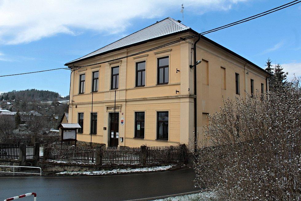Bývalá krhanická škola je dnes obecním úřadem.