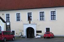 Městys Louňovice pod Blaníkem je na seznamu obcí, v nichž uvažuje pošta o zrušení kamenné úřadovny.
