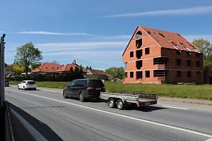 Miličín, centrum České Sibiře znají řidiči i podle desetiletí nedokončené stavby.