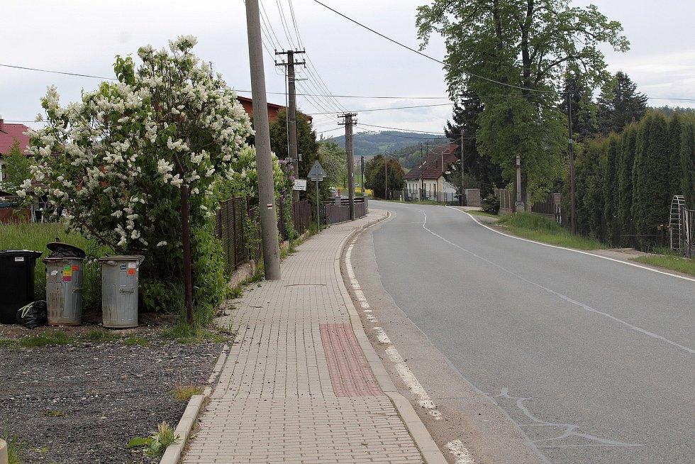 Zvěstovský DPS leží u hlavní silnice II/150.