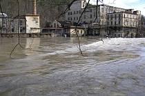 Záplavy se v roce 2002 Posázaví vyhnuly. Řeka se ale přece jen rozvodnila, jak ukazuje snímek staré Jawy na Brodcích u Týnce nad Sázavou.