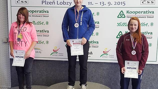 Anna Dědová, střelkyně Benešova, na nejvyšším stupni vítězů po mistrovství republiky.