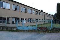 V někdejší továrně firma Klenoty vyráběla hodiny a budíky. Obec objekt přestaví na byty pro seniory a tři lékařské ordinace.