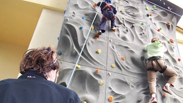Bez jištění zkušeným instruktorem nikdo k vrcholu lezecké stěny nevystoupá