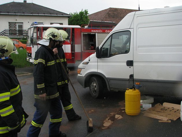 O likvidaci uniklé nafty se postarali hasiči z SDH Čechtice