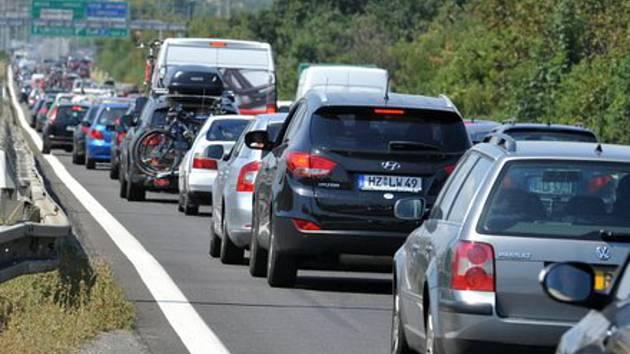 Kolona na dálnici  - ilustrační foto.