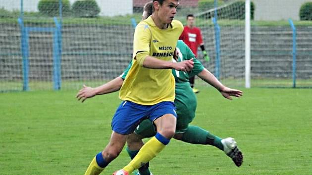 Kamil Kulhavý (ve žlutém) byl v zápase s Meteorem Praha k neudržení, vstřelil hattrick a na jeden gól přihrál.