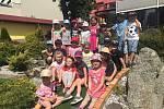 Děti z mračské mateřinky MiniSvět si zahrály golf.