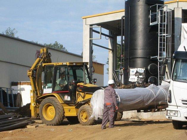 Výstavba opěrné zdi zabrání případnému sesuvu zeminy na právě dokončovanou linku anaerobní digesce