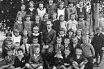 Děti ze druhé třídy školy v Ostředku v roce 1949.