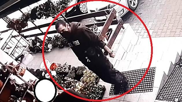 Poznáte muže z kamerového záběru? Možný svědek násilného incidentu, který se stal ve středu 21. dubna 2021 přibližně 30 minut před osmnáctou hodinou před prodejnou potravin v osadě Radlík na Praze-západ.