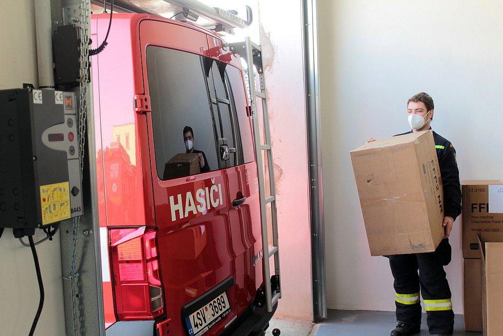 Předávání respirátorů FFP2 ve stanici HZS Benešov ve čtvrtek 25. února.