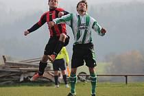 Ve šlágru kola druhé Soběhrdy (vlevo ve výskoku domácí Jiří Fulín, vpravo hostující Ondřej Veselý) doma prohrály s lídrem ze Struhařova 0:2.