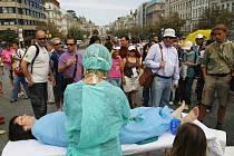 Chirurgický zákrok prováděný za přítomnosti veřejnosti na Václavském náměstí? Až tak otevřenost nikdy nezašla. To jen  hnutí Falun gong protestuje proti odebírání orgánů v čínských věznicích