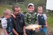 Děti z týnecké mateřinky v Komenského ulici na návštěvě u sportovních rybářů v Kozlovicích.