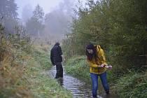 Ochránci přírody z Vlašimi pomáhají také s přenosem škeblí z ohrožených míst.