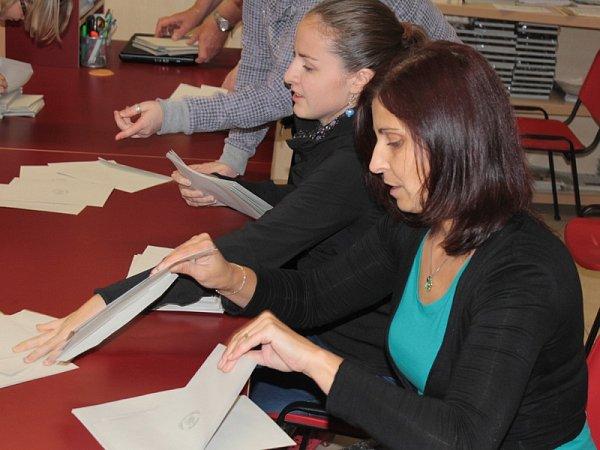 Otevření uren a zahájení sčítání hlasů vbenešovském Turistickém a informačním centru.