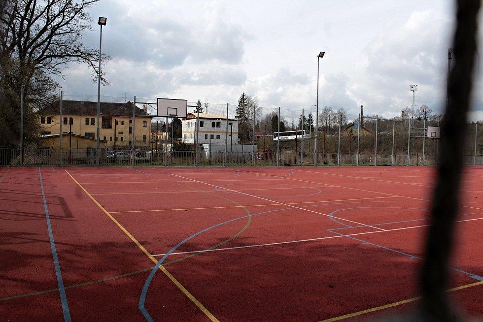 Opuštěné antukové kurty na volejbal v Benešově nahradí nové kryté sportoviště pro vedlejší ZŠ Dukelská. Pohled přes hřiště školy.