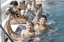 Bazén v Benešově často využívají k závodům i školy.
