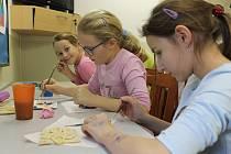 Modelování zimního obrázku ze slaného těsta v Domě dětí a mládeže v Benešově.