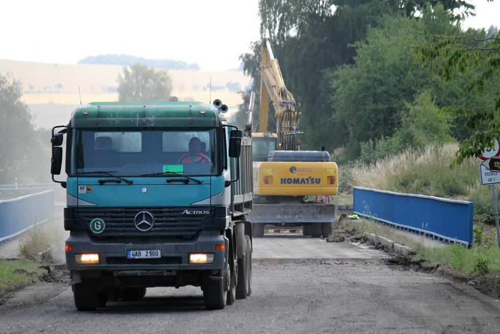 Příprava na zbourání mostu přes dálnici D1 u Ostředka.