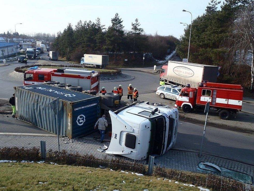 Řidička tahače vyvázla z nehody bez zranění.