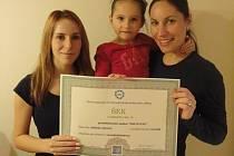 Studenti OA Neveklov předali Verunce šek v hodnotě 2500 korun.