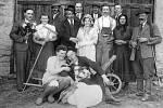 Ochotníci z Nahorub asi rok 1938, kdy si zahráli hru, v níž vystupoval nimrod nebo ženich s nevěstou.