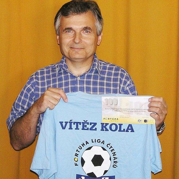 Jiří Hronek z Benešova se radoval z výhry v 6. kole Fortuna ligy a odnesl si z redakce Benešovského deníku stokorunovou poukázku od sázkové kanceláře Fortuna a tričko.