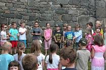 Vernisáž výstavy dětských prací v areálu týneckého hradu.