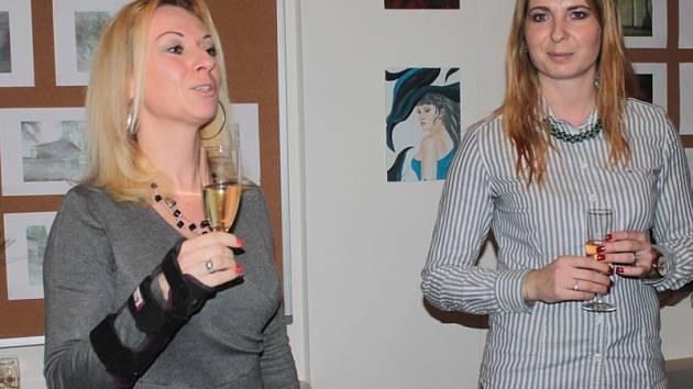 Výstavy v  Multifunkčním společenském centru zahájila Jana Hejhalová (vpravo) vernisáží obrázků a kreseb Vlaďky Sobotkové.