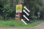 Poutače na křižovatce silnice z Neveklova do Maršovic a Štětkovic. Pokud jejich likvidaci nezaplatí vlastník, tato povinnost přejde na správce komunikace, tedy kraj.