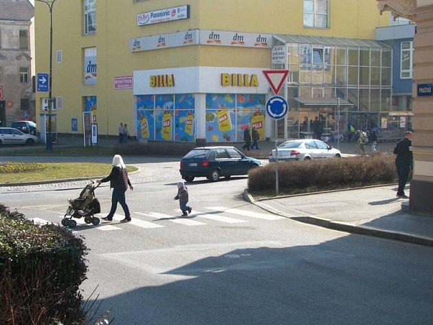 Ke sražení chodce došlo ve čtvrtek 13. března ve 13.40 hodin v Pražské ulici u kruhového objezdu u obchodního domu.