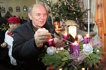 K adventu patří také koledy a betlémské světlo. Ani to si nejspíš lidé letos v kostele na Chvojně poblíž Benešova po zpívání koled na Štědrý den nepřipálí.