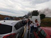 Řidiči musí na dálnici D1 čekat kvůli hořícímu kamionu.