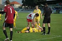 Dušan Lizák, bývalý hráč Vlašimi, tentokrát v barvách Votic, inkasoval od rozhodčího za faul na vlašimského hráče žlutou kartu.