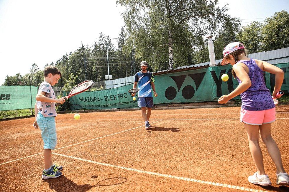 Každý trénink začíná rozehráním, potom už následuje pilování konkrétních technik. V případě mladších hráčů se nejdříve zaměřují na trénink koordinace.