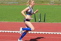 Šárka Hulmáková (na snímku běží štafetu v Budějovicích) předvedla největší zlepšení osobního rekordu z vlašimských závodníků.