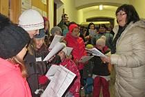 Pod vedením učitelky Lenky Zemanové a jejich žaček si čechtičtí občané společně zazpívali vánoční koledy.