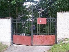 Po četných krádežích nedávno vysazených okrasných keřů ve vlašimském zámeckém parku se zástupci radnice rozhodli zlodějům jejich činnost neulehčovat a uzamkli branku u starého hradu.