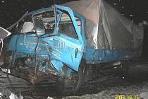 Při srážce Avie a převozní sanity se zranilo pět lidí.