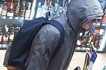 Momentka z kamerového systému. Mladík na fotografii je v hledáčku policie kvůli neoprávněnému použití cizí platební karty.