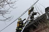 Požár střechy domku v Krňanech byl ohlášený v sobotu dopoledne v půl jedenácté, kdy už byla střecha zakouřená a bylo slyšet z podkroví praskání.