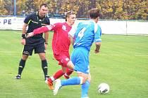 Ústecký autor prvního gólu Michal Veverka (v červeném) je sledován vlašimským Markem Nešporem a rozhodčím Ondřejem Lerchem.