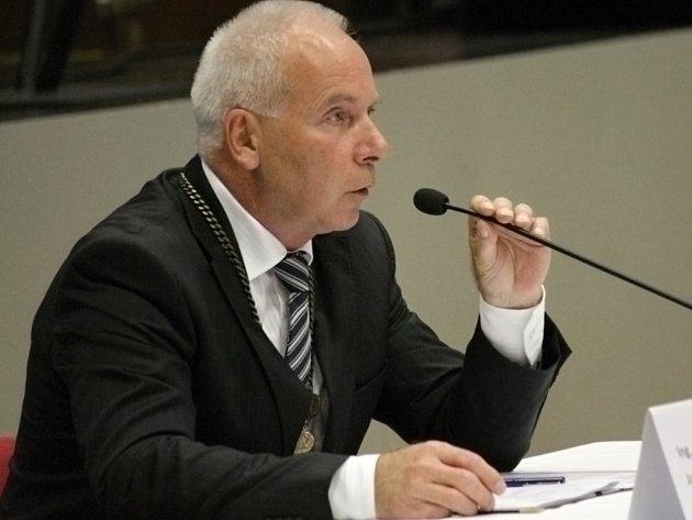 Ustavující schůze zastupitelů v Benešově. Starostou se podruhé stal Jaroslav Hlavnička.