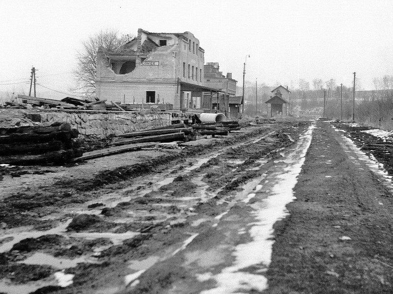 Beznadějný konec nádraží Dolní Kralovice v prosinci 1975.