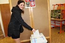 První den druhého kola prezidentských voleb ve Vlašimi, v gymnáziu.