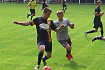 Divišovský obránce Marko Lehán si kryje míč před votickým záložníkem Markem Slunečkem.